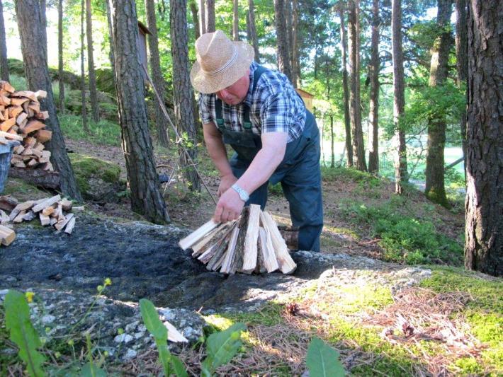 Aufschlichten des Holzes, Pechölbrennen