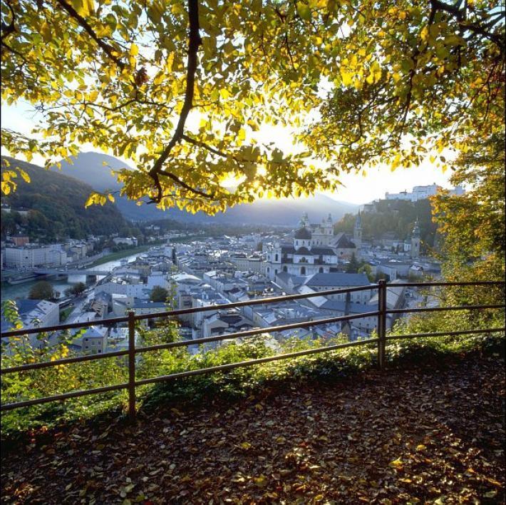 Salzburg_Blick vom Mönchsberg auf die Altstadt von Salzburg.jpg
