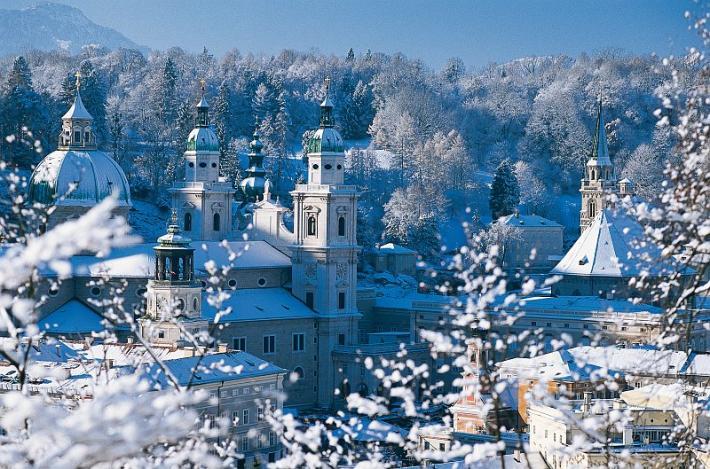 Salzburg_Blick vom Kapuzinerberg auf die verschneite Altstadt von Salzburg..jpg
