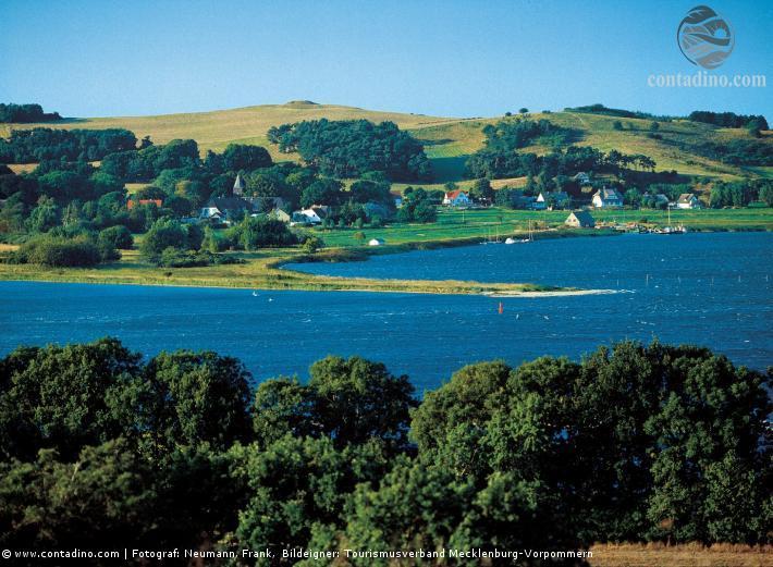 Mecklenburg_Dorf am See in einer sanften Hügellandschaft.jpg