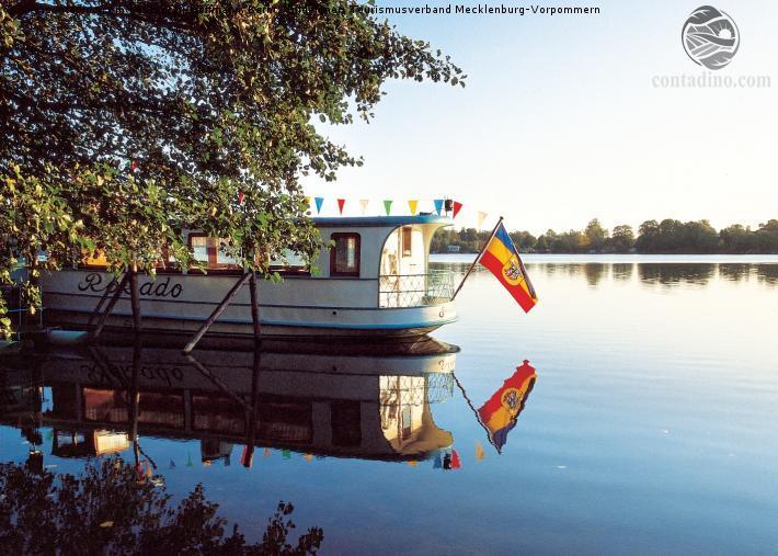 Mecklenburg_Ausflugsschiff auf dem Malchiner .jpg