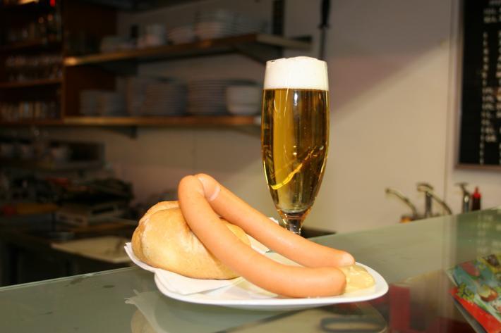 Wien_Original Wiener Frankfurter Würstchen mit Bier.JPG