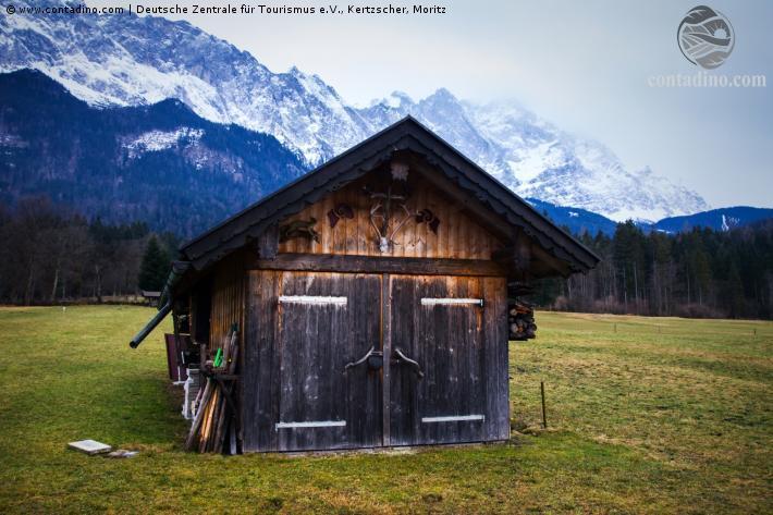 Bayern_Zugspitze mit Almhütte.jpg