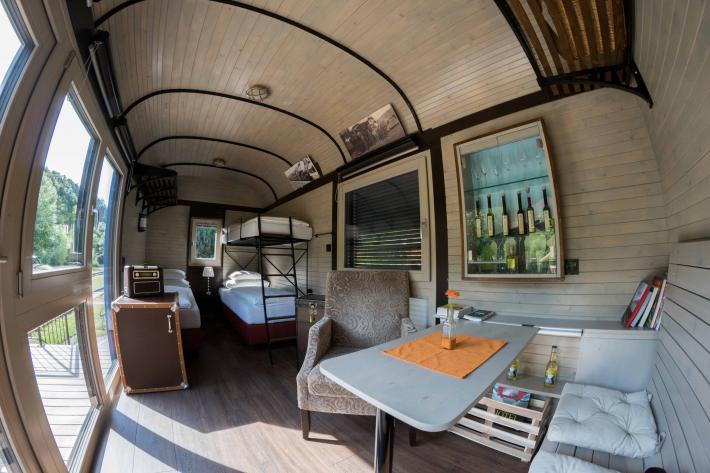 Die Innenansicht des nostalgischen Waggon-Hotels