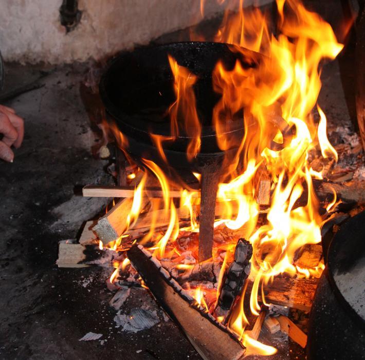 1 Schmalz in einem gusseisernen Häfn erhitzen konf.jpg