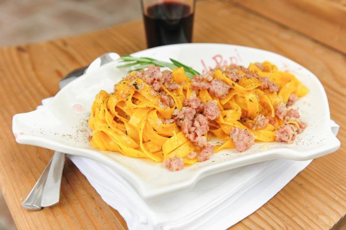 Tagliatelle con salsicce, malvasia e cannella
