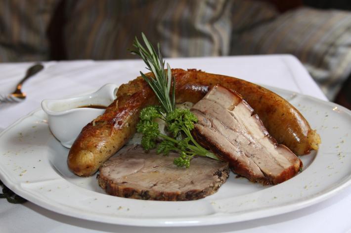Schweinsbraten mit Erdäpfelwurst und Apfel-Sauerkraut