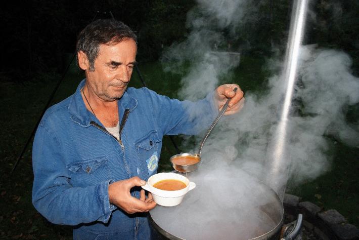 Fischsuppe wird in großen Kesseln gekocht