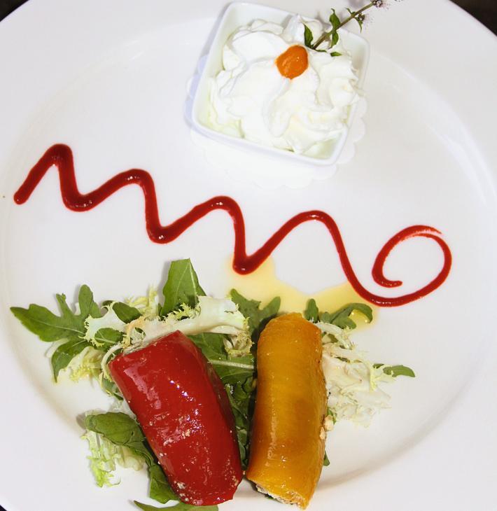 Rotolino di peperoni farcito con ricotta del Carso alle erbe aromatice