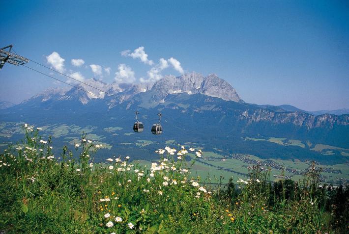 KAM_000181_Zwei-Gondeln-der-Harschbichlbahn-in-Alpenlandschaft_Archiv-Bergbahnen-St.-Johan.JPG