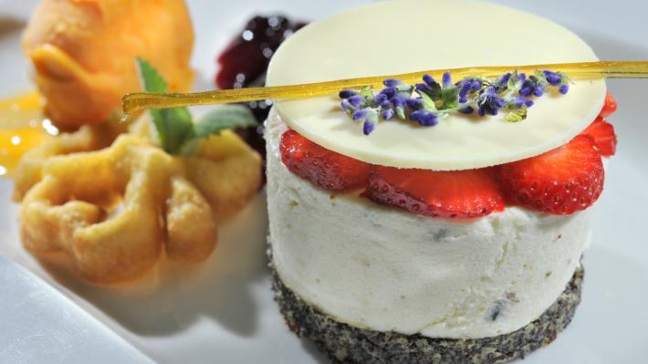 Lavendel Mousse und marillensorbet an schwarzen ribiselroester