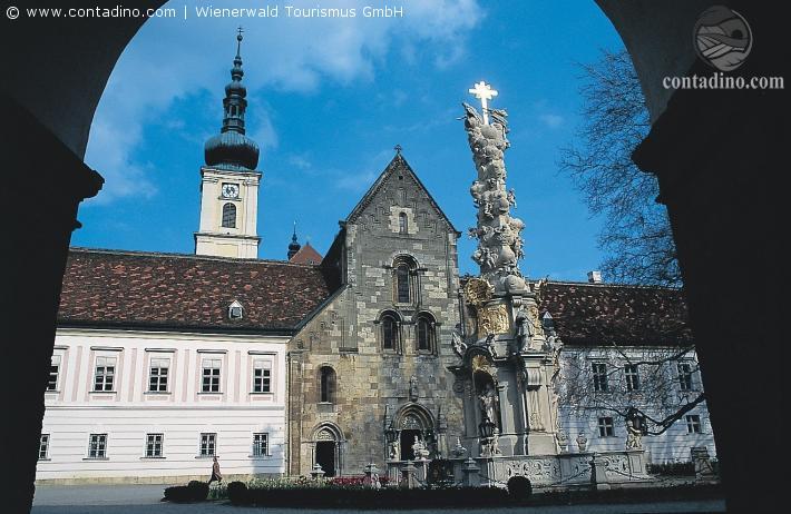 Wienerwald_Heiligenkreuz Innenhof Torbogen_Stift Heiligenkreuz.jpg