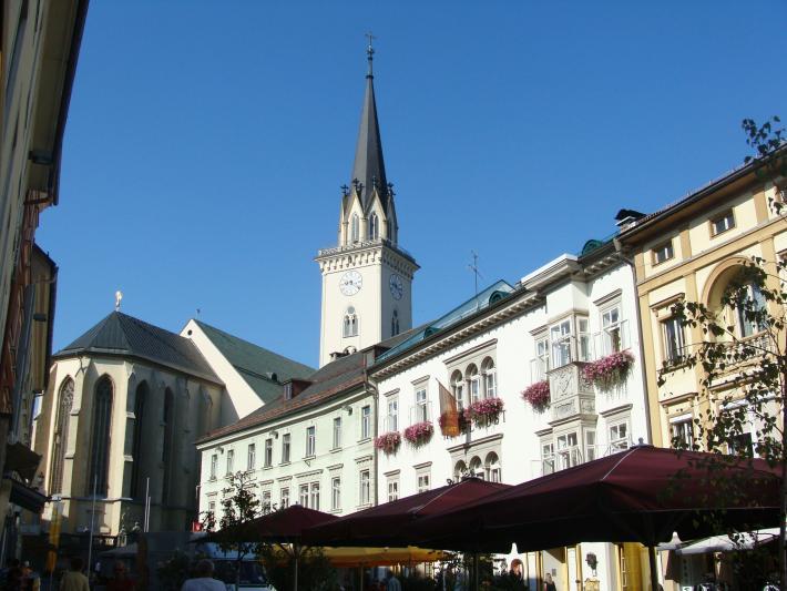 Hauptplatz mit Stadtpfarrkirche St. Jakob